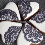 Свадебные пряники - комплимент для гостей Сердечки кружевные белые с черным кружевом (в цветах свадьбы)